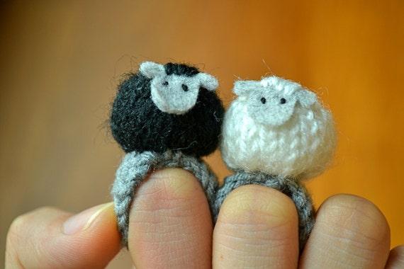 Momshoo- black sheep white sheep knitted amigurumi ring