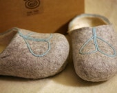 Grey felt slippers with blue decors - DGstyle