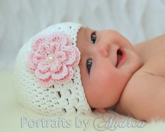 دختر نوزاد تازه متولد شده و یا 0-3 ماه - سفید و رنگ پریده صورتی یکنوع عرقچین کوچک کهمحصلین برسر میگذارند کلاه با گل - عکس زیبا سرپا نگه داشتن
