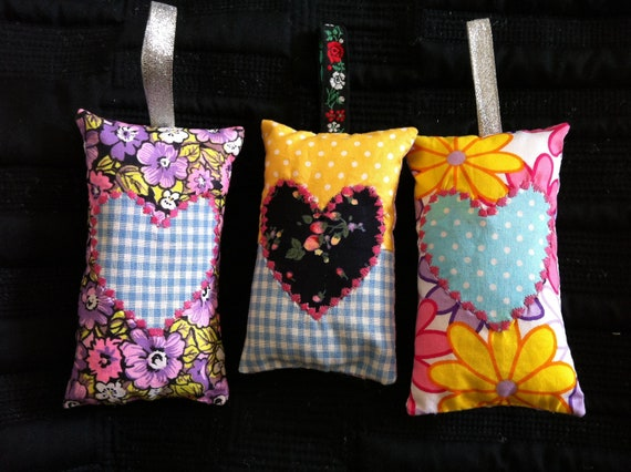 Pretty Lavender Anti-moth hanging sachet - applique hearts, ditsy fabric. Natural essential oils