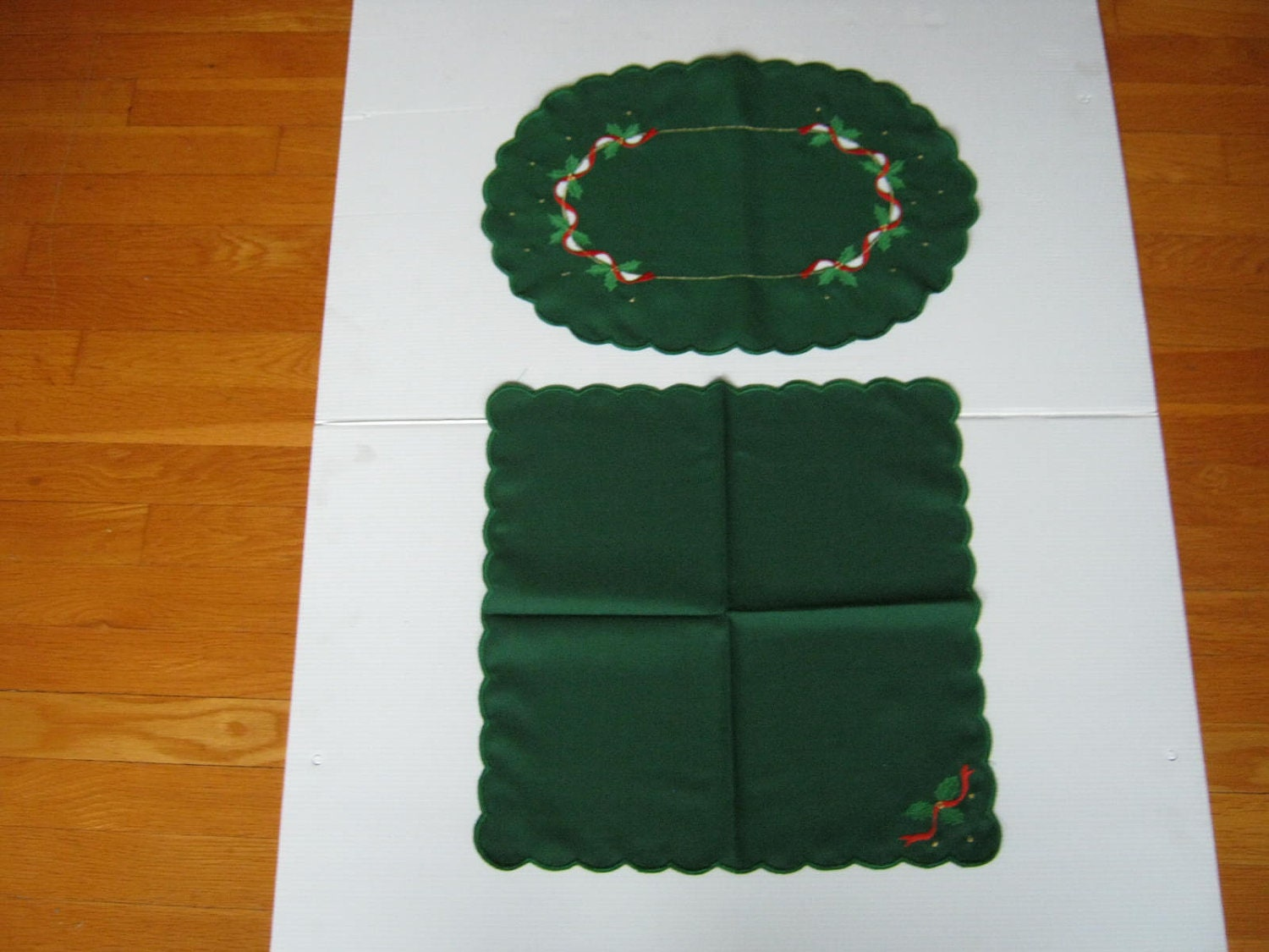Vintage Christmas Table Linens 6 Oval Scallopededges by PastDays