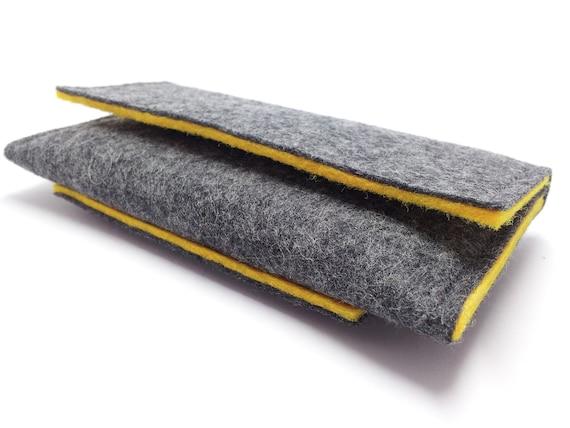 housse porte feuille en laine gris et jaune velcro fermeture, poche pour carte,