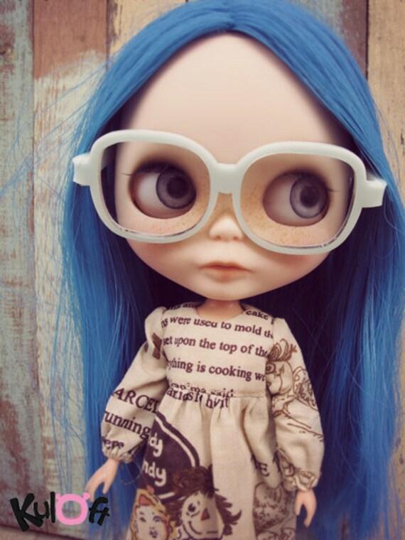 В очках куколка