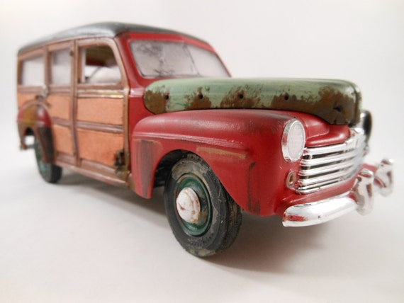 1940s Ford 1/24 scale model woody car in red