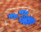 Lace crochet flower pendant and earrings in blue - IzabelkaG