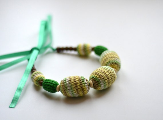 Green Nursing Necklace / Teething Jewelry - Gift for Mom and Baby - Green & Yellow - Breastfeeding, Babywearing, Attachment Parenting