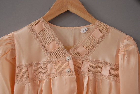 antique lounge top with lace in apricot