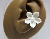 Simple White Five Petals Flower With Pearl Ear Cuff Woodland Gold Elegant Feminine Nature Flower No Piercing