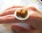 Choose From One Of The Three Lotus, Sesame Or Pandan Single Mooncake Ring