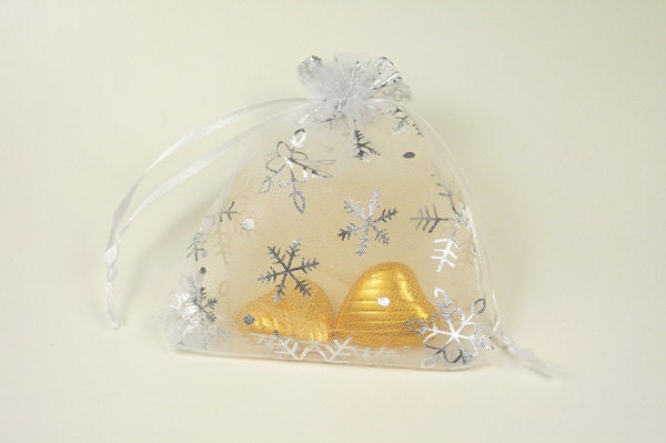 White Christmas Wedding Favor Bag- Ideal for christmas weddings, New Years Eve, Christmas parties, Jewelry