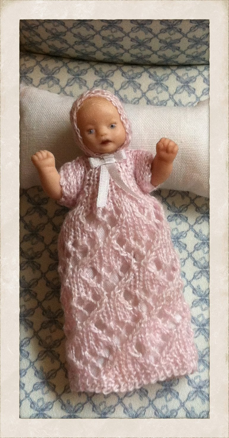 Handmade qute dollhouse porcelain babygirl doll in scale 1:12 wiht handknitted pink bonnet and christening gown. - minis2you