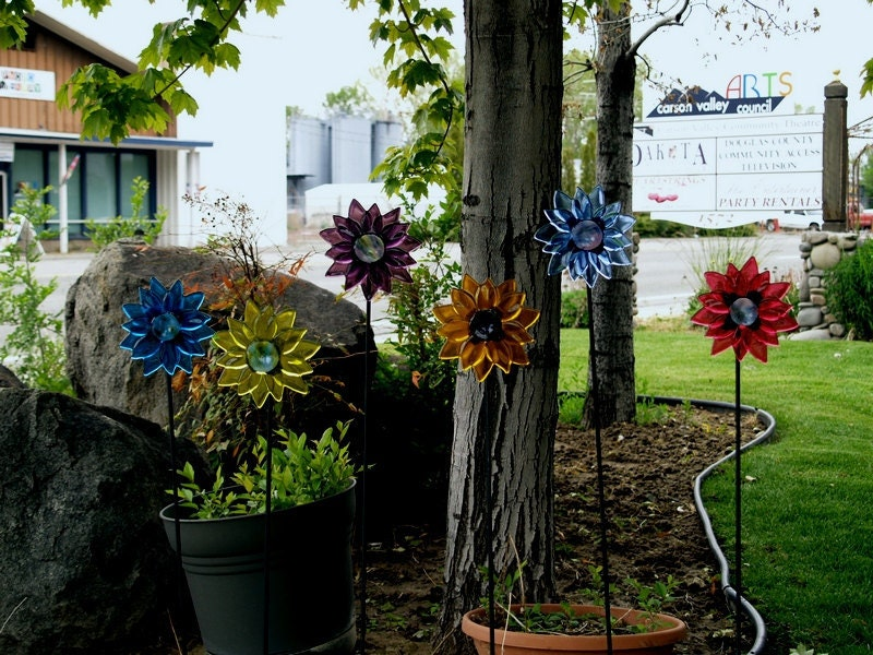Bright and colorful fused  glass flowers for your garden. Happy flowers that will never fade - BentGlassArtStudio