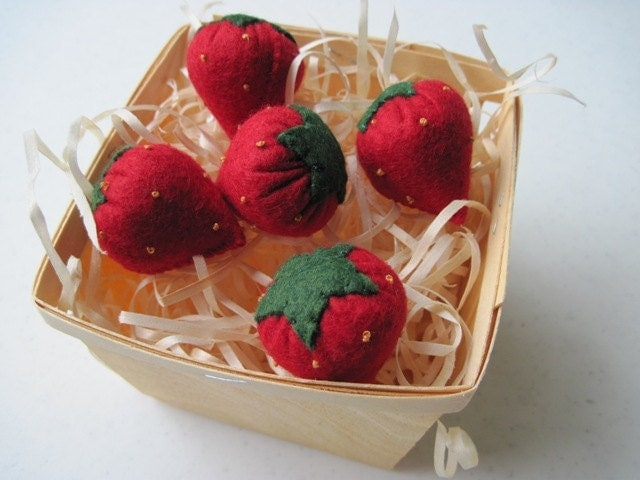 Felt Strawberries in Wooden Berry Basket - FiddledeeDeeCraft