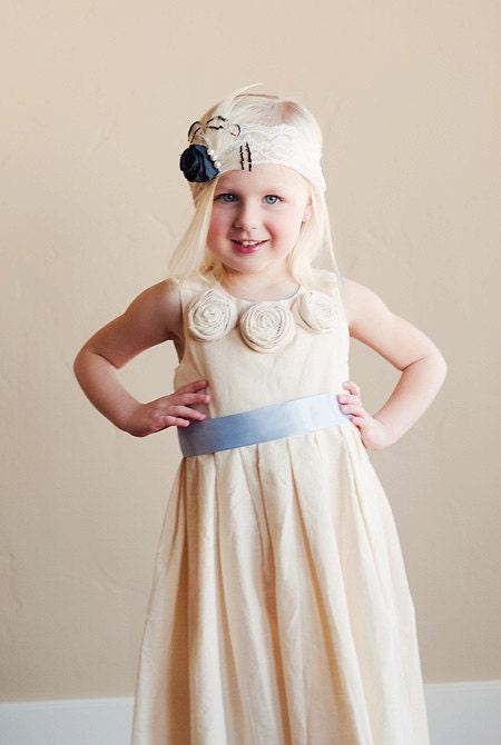 لباس دختر گل عروسی در پنبه ، ابریشم ، پارچه تافته یا ساتن. طراحی سنتی قدیمی از مد افتاده. هزینه پستی رایگان