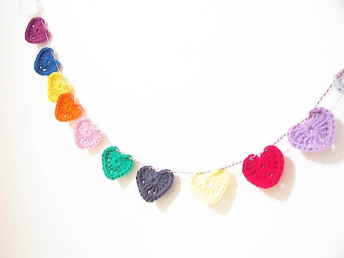 Me encanta esta hecha con corazones de ganchillo: