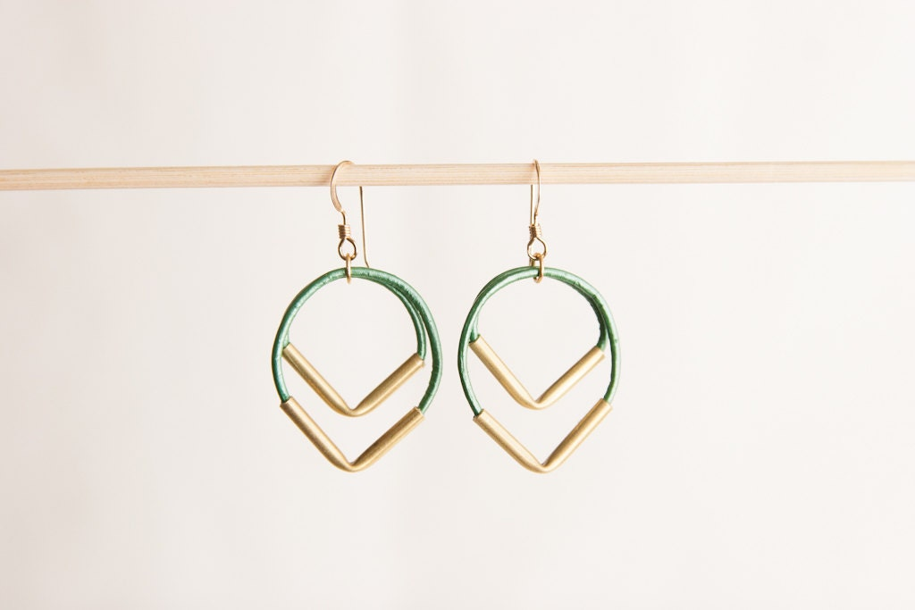 Point down earrings emerald green - brass tubes leather - SolDelSur