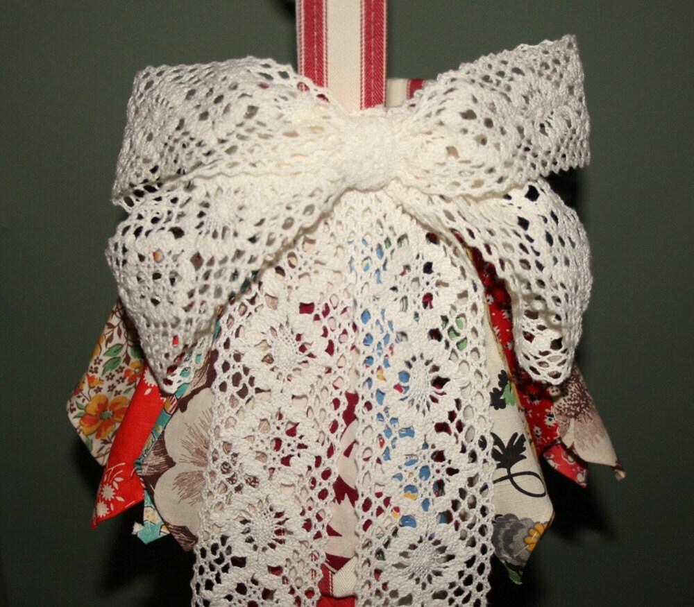 Красное и белое марочное Одеяло Длинный чулок Рождество с Дрездене пластины рюшами, Vintage Кружева и кнопки - Lovely двери или стены Accent