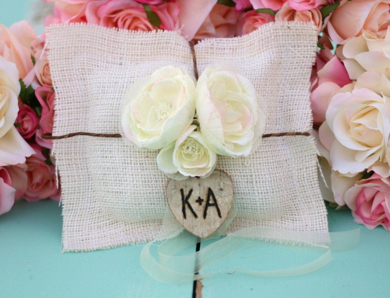 Персонализированные Custom кольцо предъявителя подушку Барлеп и роз с дерева сердца