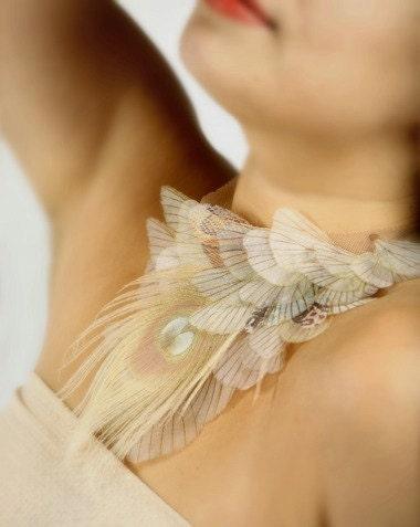Трепетание в обнаженном Крылья ожерелье из органзы с Moth Белое Перо Павлина