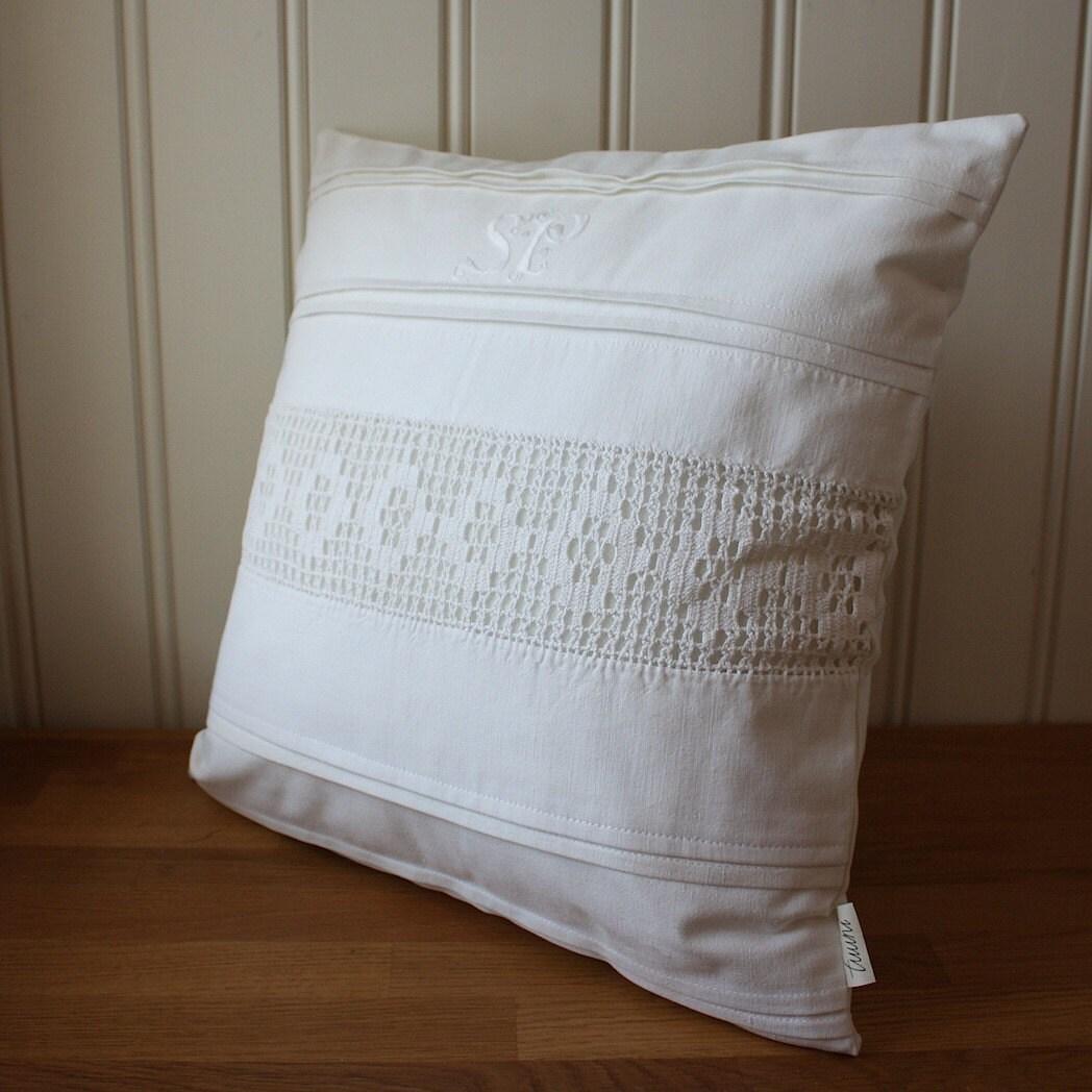 белое на белом, накрыть подушкой старинные кружева и инициалами С. П.