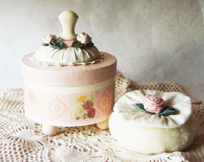 VINTAGE GARDEN Blooms and Flowers Bath Powder Container, Bath Powder Puff, Scented Dusting Powder WHIMSY - Powder Puff Gift Set