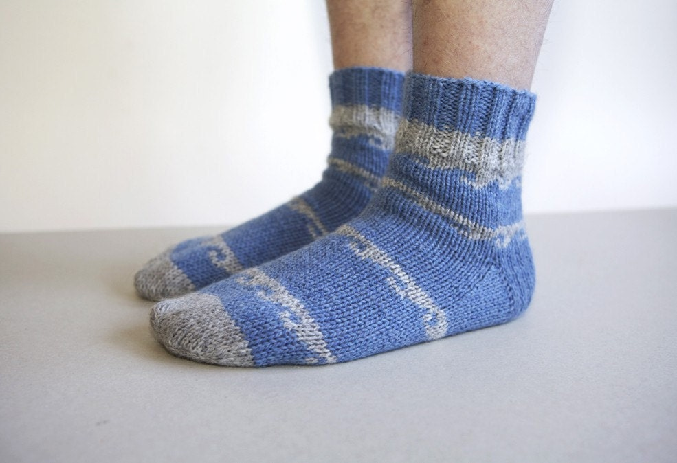 SALE 20 % Ocean waves blue soft and cozy knitted socks for men - RGideas