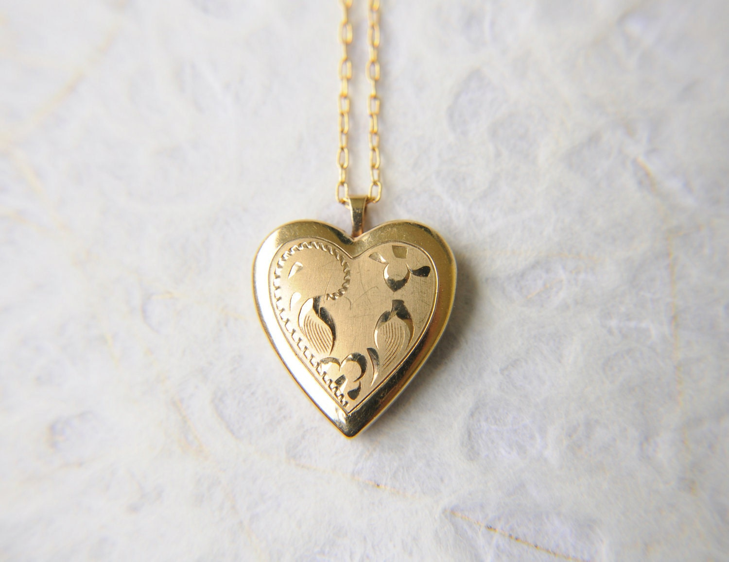 SALE /// vintage 1970s / gold etched locket // SWEET HEART