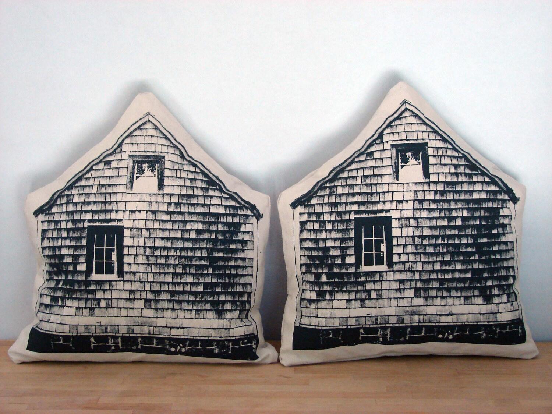 Little Barn Throw Pillow - printmakerkym