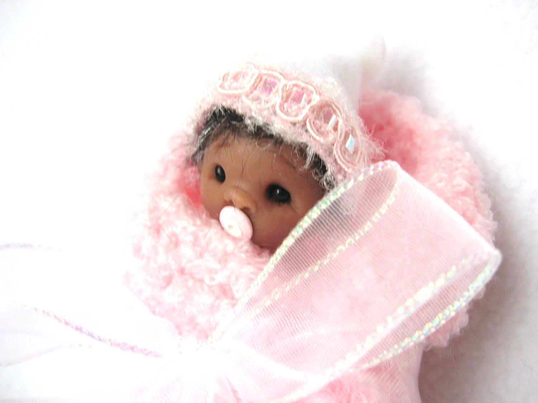 Elf mano OOAK esculpida afroamericano Baby Girl in Pink