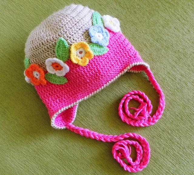 کلاه Crocheted کودکان با حلقه ها و دسته های گل