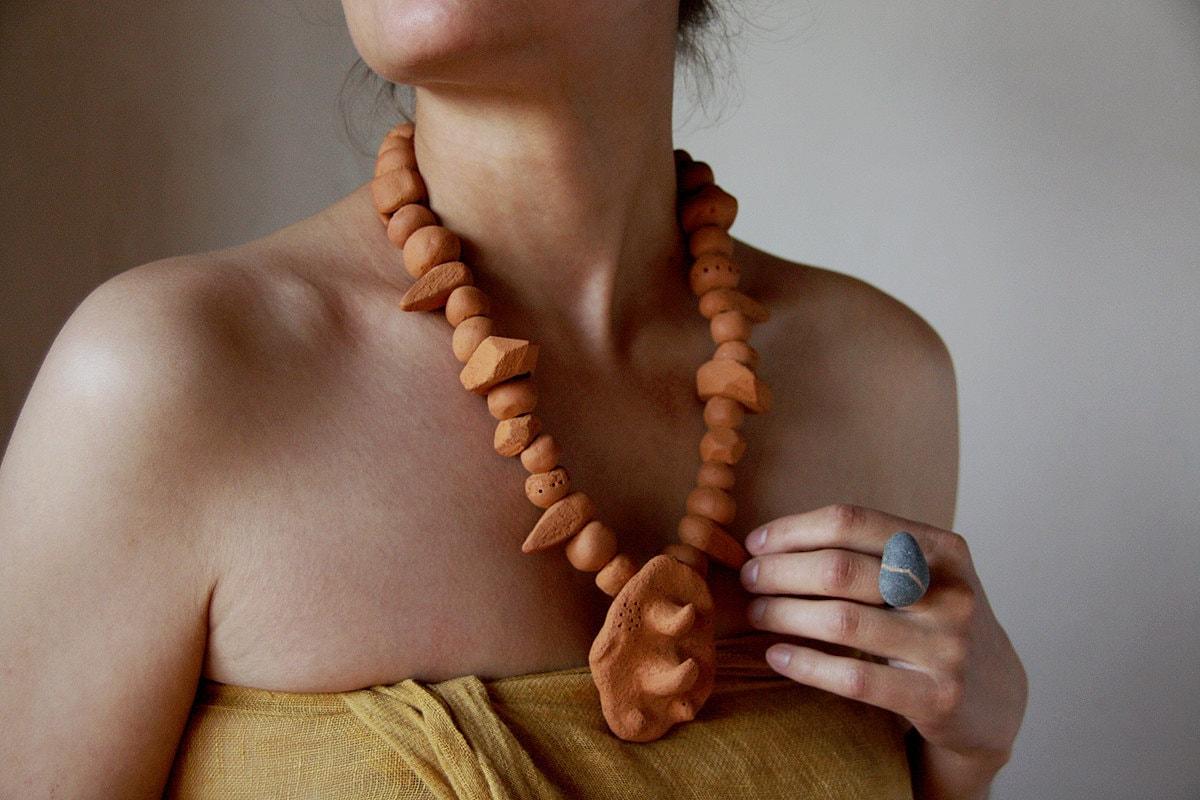 Рино племенных терракоты ожерелье n2