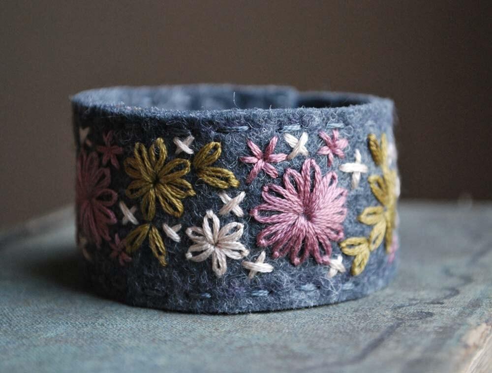 Войлок браслет манжеты рук Вышитые шерсть серого войлока с увядшей розы, бледно-розового и золотого шитья любовью Мод