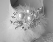 Feather Shoe Clips. Wedding White Feathers Shoe clips, rhinestone and Ivory Pearls -Becky Collection-