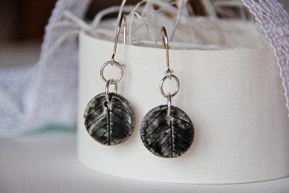 Черные листья керамические серьги свисают