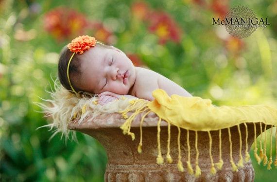 Minúsculo pequeno Mango Laranja Pom Pom Flor com Skinny Sun Yellow Elastic Headband.  Recém-nascido para Adultos.  PROPS FOTOGRAFIA
