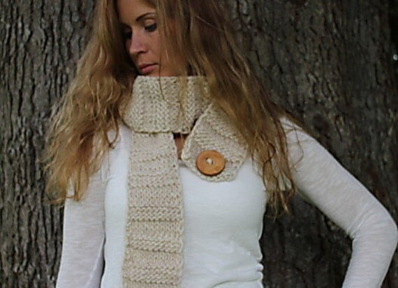 Crinkle scarf in natural shade with wooden button