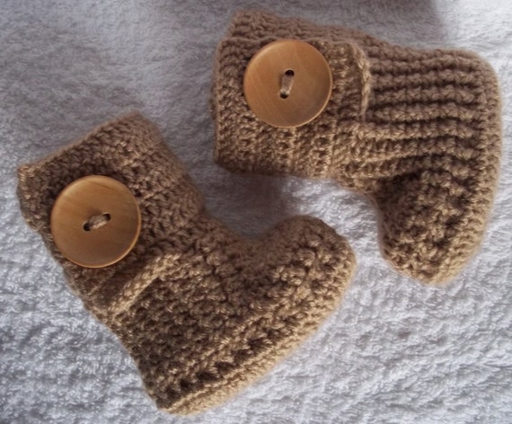 Crochet baby booties for 0-3 M or 3-6 M with large wooden buttons,choose your color and size