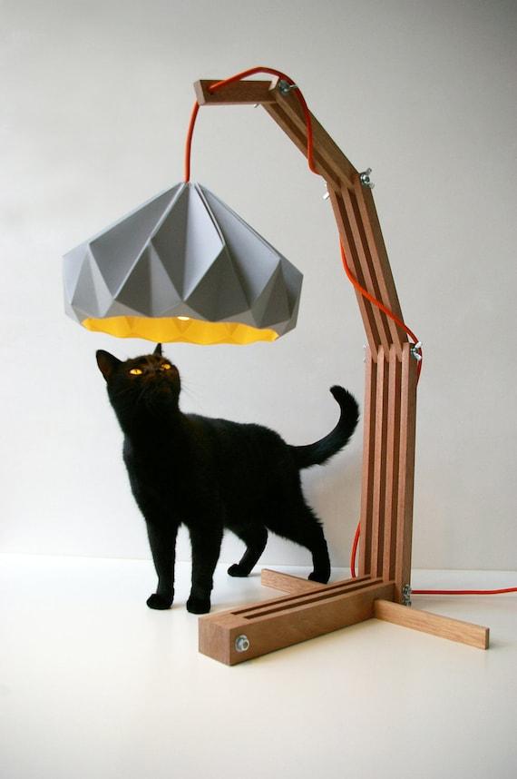 dřevěná konstrukce lampy s papírem stínítkem
